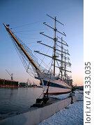 Парусный корабль стоит у причала (2009 год). Стоковое фото, фотограф Мария Сударикова / Фотобанк Лори