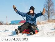 Купить «Весёлая женщина подняв руки вверх спускается с горы на тюбинге», эксклюзивное фото № 4333903, снято 23 февраля 2013 г. (c) Игорь Низов / Фотобанк Лори