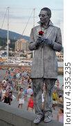 Купить «Мужчина в грязном костюме с розой в руке», фото № 4335235, снято 11 августа 2012 г. (c) Несинов Олег / Фотобанк Лори