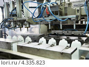 Купить «Изготовление пластиковых бутылок», фото № 4335823, снято 25 сентября 2009 г. (c) Дмитрий Калиновский / Фотобанк Лори