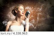 Купить «Красивая мечтательная светловолосая певица в клубах дыма», фото № 4338963, снято 15 июля 2020 г. (c) Sergey Nivens / Фотобанк Лори