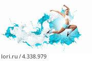 Купить «Гимнастка в топе и шортах на фоне стены и брызг голубой и белой краски», фото № 4338979, снято 19 августа 2018 г. (c) Sergey Nivens / Фотобанк Лори