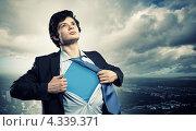 Молодой парень рвет на груди рубашку, превращаясь в супергероя. Стоковое фото, фотограф Sergey Nivens / Фотобанк Лори