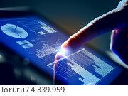 Крупный план мужской руки, работающей на планшете. Современные технологии и бизнес. Стоковое фото, фотограф Sergey Nivens / Фотобанк Лори