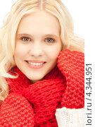 Купить «Очаровательная девушка в красных рукавицах улыбается на белом фоне», фото № 4344951, снято 2 октября 2011 г. (c) Syda Productions / Фотобанк Лори