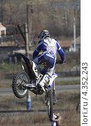 Финт в воздухе в исполнении мотоциклиста (2012 год). Редакционное фото, фотограф Ворошилова Анна / Фотобанк Лори