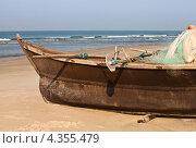 Купить «Рыбацкая лодка на берегу», фото № 4355479, снято 25 января 2012 г. (c) Victoria Demidova / Фотобанк Лори