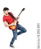 Купить «Эмоциональный мужчина с электрогитарой, белый фон», фото № 4355991, снято 20 февраля 2013 г. (c) Валуа Виталий / Фотобанк Лори