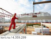 Купить «Рабочий устанавливает бетонную плиту на стройке», фото № 4359299, снято 19 сентября 2012 г. (c) Дмитрий Калиновский / Фотобанк Лори