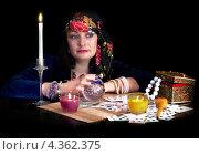 Купить «Гадалка сидит за столом», фото № 4362375, снято 17 января 2013 г. (c) AniriAnA / Фотобанк Лори