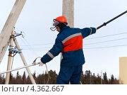 Электрик работает на высоковольтных линиях. Стоковое фото, фотограф Александр Новиков / Фотобанк Лори