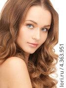 Купить «Очаровательная молодая женщина с волнистыми волосами крупным планом», фото № 4363951, снято 10 октября 2010 г. (c) Syda Productions / Фотобанк Лори