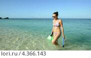 Девушка, выходящая на берег из моря с ластами и маской. Стоковое видео, видеограф Soft light / Фотобанк Лори