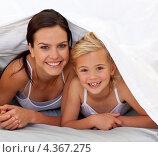 Купить «Улыбающиеся мама с дочкой под одеялом», фото № 4367275, снято 10 октября 2009 г. (c) Wavebreak Media / Фотобанк Лори