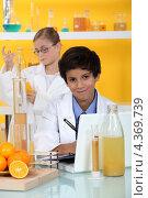 Купить «Мальчик и девочка в лаборатории», фото № 4369739, снято 8 декабря 2010 г. (c) Phovoir Images / Фотобанк Лори