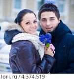 Купить «Влюбленная пара на улице», фото № 4374519, снято 14 января 2011 г. (c) Вероника Галкина / Фотобанк Лори