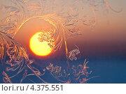 Купить «Морозные узоры на окне на фоне заходящего солнца», фото № 4375551, снято 5 марта 2013 г. (c) Владимир Мельников / Фотобанк Лори