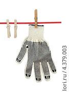 Купить «Перчатка на бельевой веревке», фото № 4379003, снято 9 марта 2013 г. (c) Игорь Веснинов / Фотобанк Лори