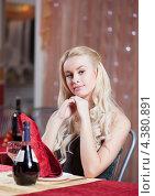 Купить «Девушка в кафе», фото № 4380891, снято 5 февраля 2013 г. (c) Андрей Батурин / Фотобанк Лори