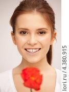 Купить «Красивая молодая женщина с красными цветами в руках», фото № 4380915, снято 13 ноября 2011 г. (c) Syda Productions / Фотобанк Лори