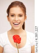 Купить «Красивая молодая женщина с красными цветами в руках», фото № 4381227, снято 13 ноября 2011 г. (c) Syda Productions / Фотобанк Лори