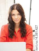 Купить «Красивая молодая женщина работает за серебристым ноутбуком», фото № 4381427, снято 12 июля 2020 г. (c) Syda Productions / Фотобанк Лори