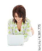 Купить «Привлекательная молодая женщина в белых шортах работает за ноутбуком», фото № 4381775, снято 18 октября 2018 г. (c) Syda Productions / Фотобанк Лори
