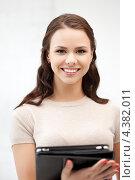 Купить «Счастливая молодая женщина с планшетным компьютером в руках», фото № 4382011, снято 16 июля 2011 г. (c) Syda Productions / Фотобанк Лори