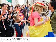 """Купить «Латино-американский танец на параде мыльных пузырей """"Dreamflash""""», эксклюзивное фото № 4382539, снято 22 апреля 2012 г. (c) Алёшина Оксана / Фотобанк Лори"""