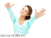 Купить «Молодая счастливая женщина подняла большой палец на руке и показывает, что все в порядке», фото № 4385611, снято 22 ноября 2011 г. (c) Syda Productions / Фотобанк Лори