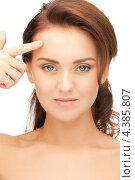 Купить «Молодая красивая женщина показывает указательным пальцем на свое лицо», фото № 4385807, снято 22 ноября 2011 г. (c) Syda Productions / Фотобанк Лори