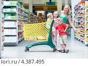 Купить «Мама с тремя детьми в магазине», фото № 4387495, снято 8 августа 2011 г. (c) Дмитрий Калиновский / Фотобанк Лори