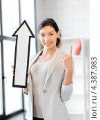 Купить «Привлекательная деловая женщина со стрелкой, указывающей вверх», фото № 4387983, снято 31 марта 2012 г. (c) Syda Productions / Фотобанк Лори