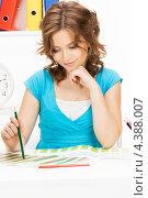 Купить «Юная девушка рисует цветными карандашами в блокноте», фото № 4388007, снято 12 июня 2010 г. (c) Syda Productions / Фотобанк Лори