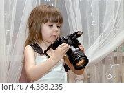 Маленькая девочка с фотоаппаратом. Стоковое фото, фотограф Виталий Верхозин / Фотобанк Лори