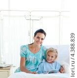 Купить «Мама с маленькой девочкой читают книгу в больничной палате», фото № 4388839, снято 1 октября 2009 г. (c) Wavebreak Media / Фотобанк Лори
