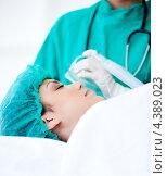 Купить «Врач ставит кислородную маску пациентке без сознания», фото № 4389023, снято 24 февраля 2019 г. (c) Wavebreak Media / Фотобанк Лори