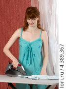 Молодая женщина гладит белье. Стоковое фото, фотограф Виталий Верхозин / Фотобанк Лори