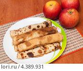 Купить «Блины с яблоками лежат на тарелке на фоне свежих яблок», эксклюзивное фото № 4389931, снято 11 марта 2013 г. (c) Игорь Низов / Фотобанк Лори