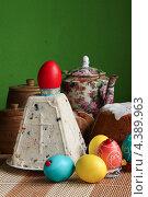 Пасхальный стол с традиционной творожной пасхой, куличом и крашеными яйцами. Стоковое фото, фотограф Ольга Разуваева / Фотобанк Лори