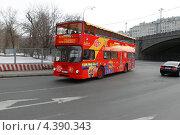 Купить «Москва, туристический автобус на Софийской набережной», эксклюзивное фото № 4390343, снято 9 марта 2013 г. (c) Дмитрий Неумоин / Фотобанк Лори