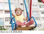 Купить «Двухлетний ребенок сидит на качелях на детской площадке», фото № 4394855, снято 11 июля 2012 г. (c) Яков Филимонов / Фотобанк Лори