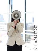 Молодая деловая женщина с мегафоном в офисе. Стоковое фото, агентство Wavebreak Media / Фотобанк Лори