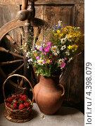 Композиция с клубникой и полевыми цветами. Стоковое фото, фотограф Скляренко Валерий / Фотобанк Лори