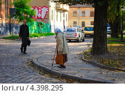 Пожилая женщина идет по улице (2012 год). Редакционное фото, фотограф eva cuba air / Фотобанк Лори