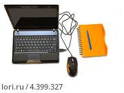 Ноутбук с мышкой и блокнот с ручкой на белом фоне. Стоковое фото, фотограф Владимир Никифоров / Фотобанк Лори