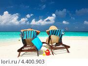Купить «Мужчина и женщина сидят в шезлонгах на морском пляже», фото № 4400903, снято 13 декабря 2012 г. (c) Николай Охитин / Фотобанк Лори