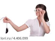Девушка держит в руке компьютерную мышь. Стоковое фото, фотограф Galina Zakovorotnaya / Фотобанк Лори