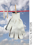 Купить «Пара перчаток на фоне неба», фото № 4407535, снято 19 августа 2012 г. (c) Игорь Веснинов / Фотобанк Лори