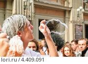 Купить «Молодой человек надувает мыльные пузыри на параде мыльных пузырей Dreamflash», эксклюзивное фото № 4409091, снято 22 апреля 2012 г. (c) Алёшина Оксана / Фотобанк Лори